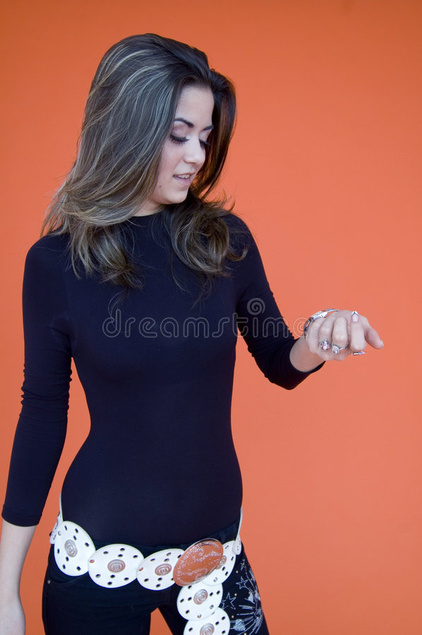 Rapariga bonita que verific o relógio imagem de stock royalty free