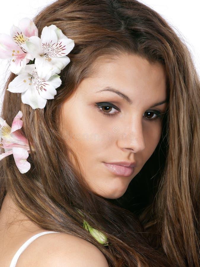 Rapariga bonito com as flores no cabelo imagem de stock