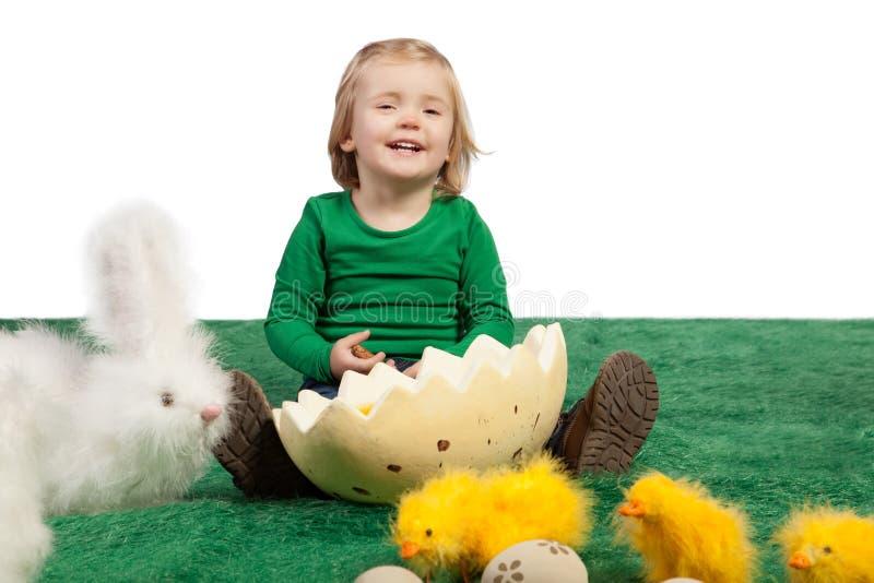Rapariga bonito com coelho e pintainhos do brinquedo fotografia de stock royalty free