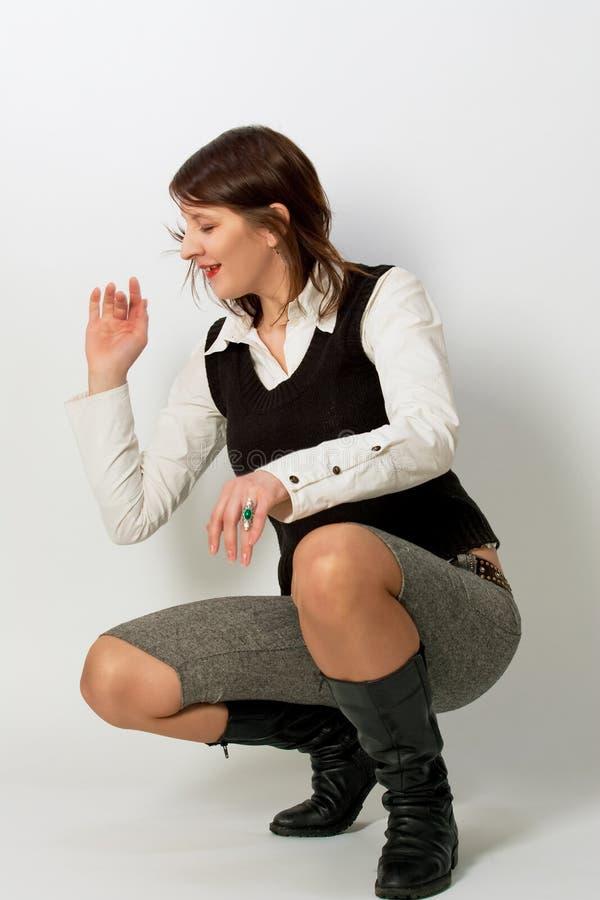 Rapariga bonito engraçada no riso branco da camisa fotos de stock