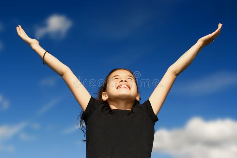 Rapariga com ambos os braços largos imagens de stock royalty free