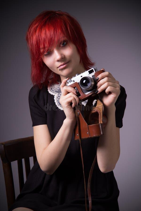 Rapariga com câmera do vintage imagem de stock