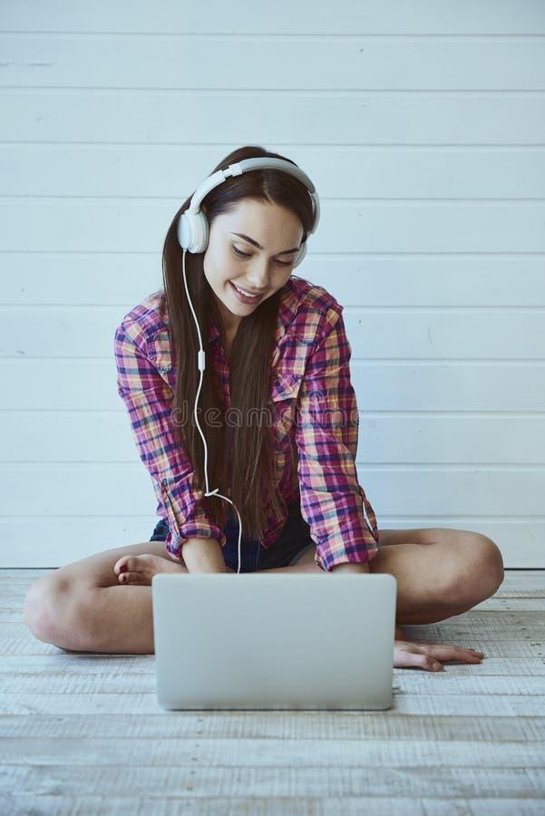 Rapariga com computador portátil fotos de stock