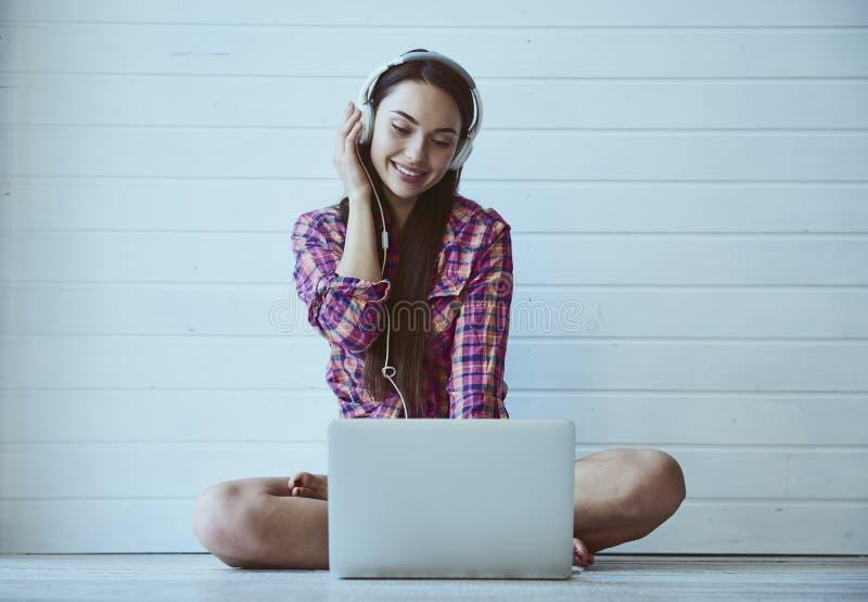 Rapariga com computador portátil foto de stock royalty free