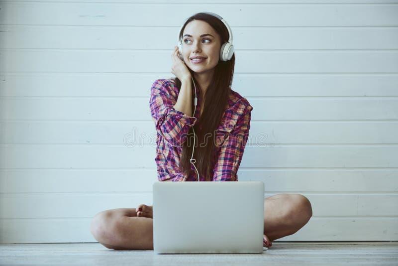Rapariga com computador portátil foto de stock
