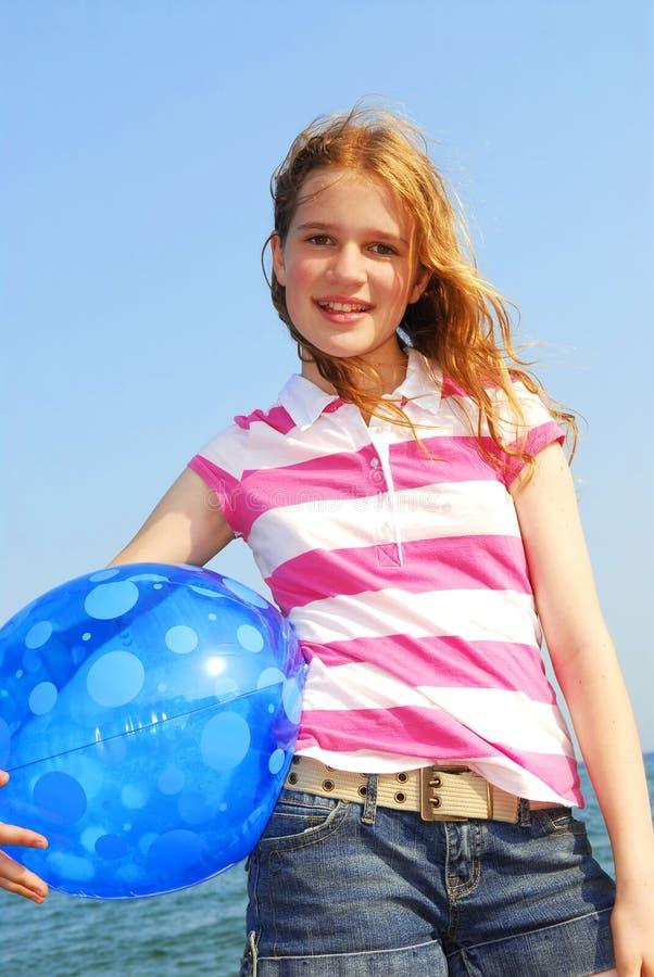 Rapariga com esfera de praia imagens de stock