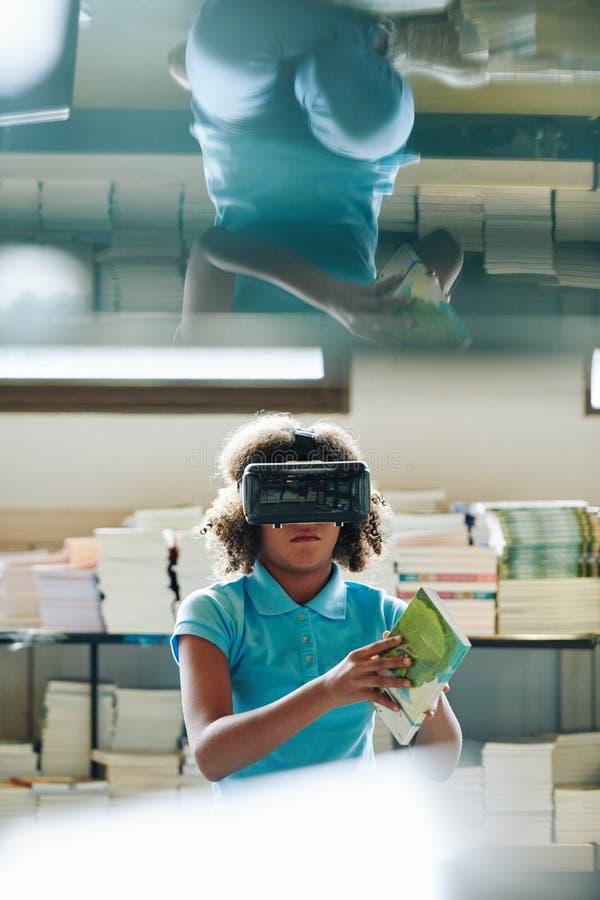 Rapariga com fone VR na Biblioteca imagens de stock royalty free
