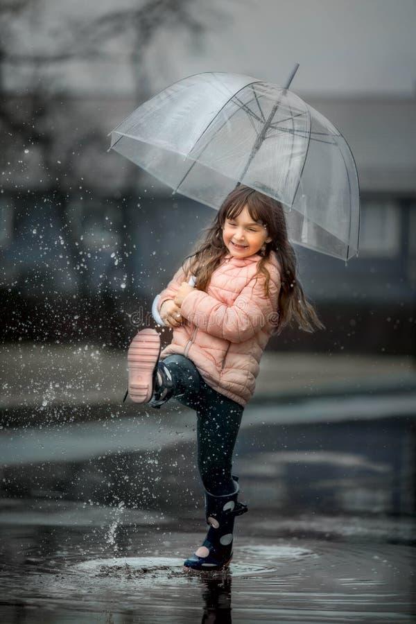 Rapariga com guarda-chuva cor-de-rosa