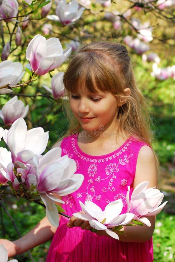 Rapariga com magnolia imagem de stock