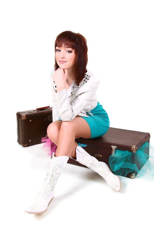 Rapariga com malas de viagem velhas foto de stock