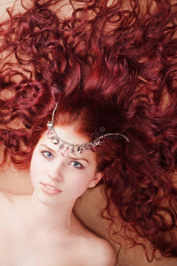 Rapariga com o cabelo longo que encontra-se no assoalho imagens de stock royalty free