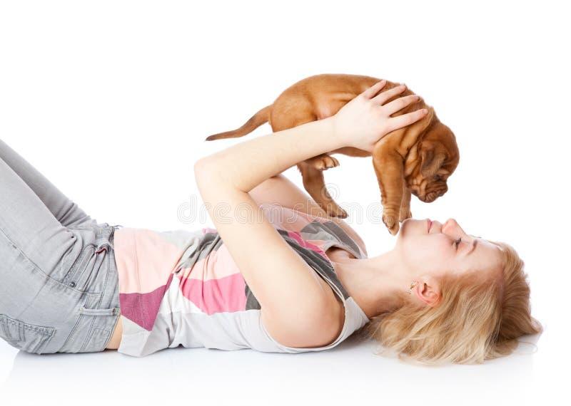 Rapariga com o filhote de cachorro de Dogue de Bordéus fotos de stock