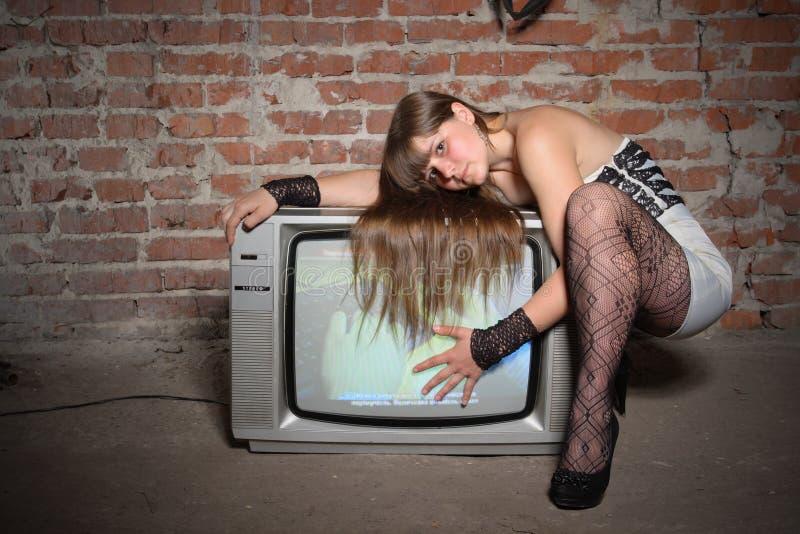 Rapariga com o receptor da tevê do vintage imagem de stock royalty free
