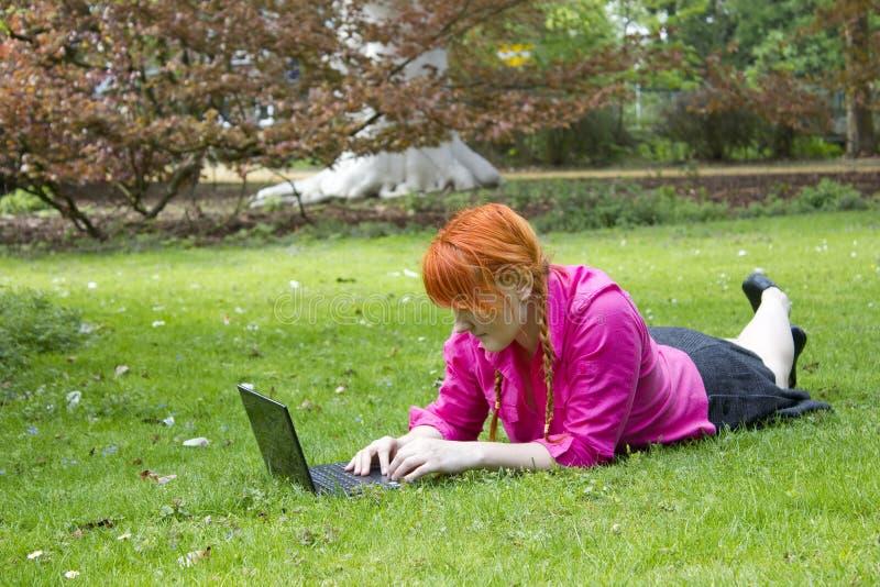 Rapariga com portátil imagens de stock