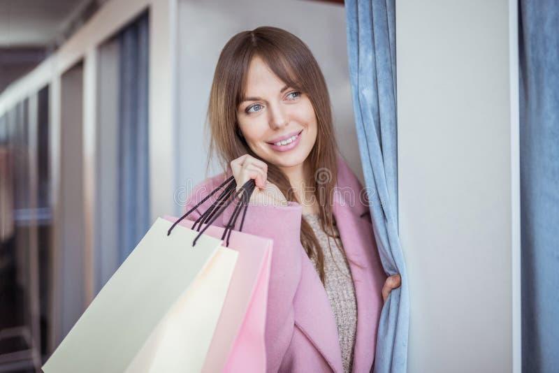 Rapariga com sacos de compras fotos de stock