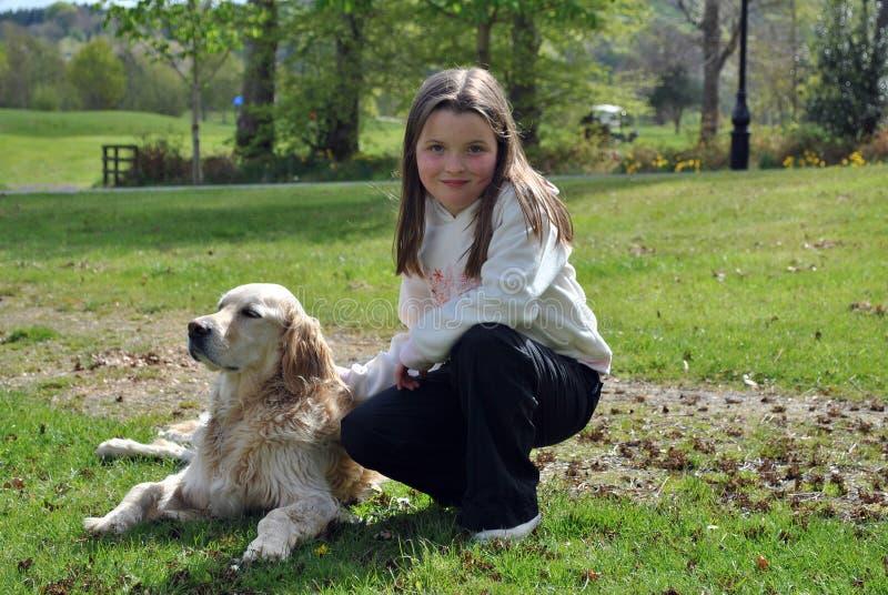 Rapariga com seu cão foto de stock royalty free