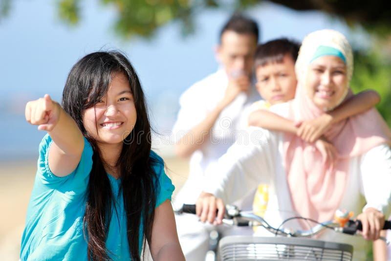 Download Rapariga com sua família imagem de stock. Imagem de tendo - 26505075