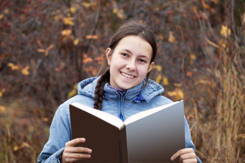 Rapariga com um livro foto de stock