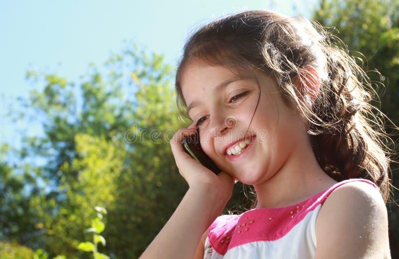 Rapariga com um telemóvel fotos de stock