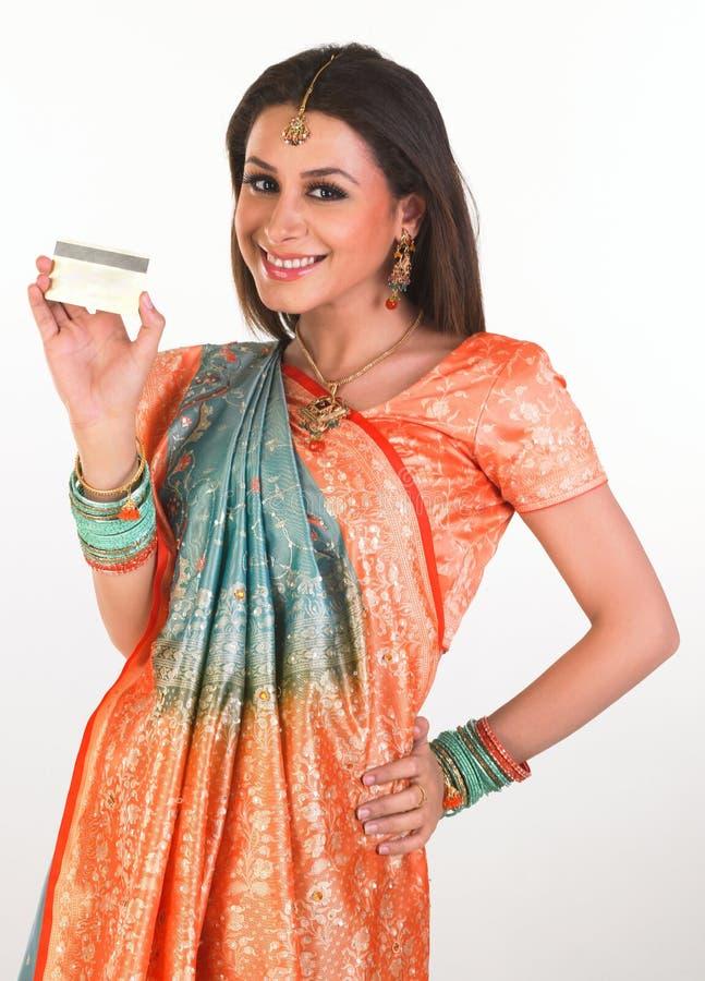 Rapariga de sorriso com cartão de crédito fotos de stock