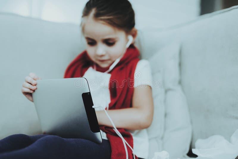 Rapariga doente Sofá branco na sala Criança infeliz conceito da doença Cuidados médicos foto de stock royalty free