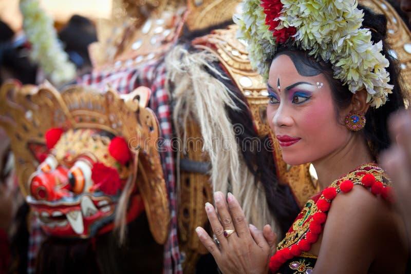 Rapariga durante uma dança Barong do Balinese fotos de stock