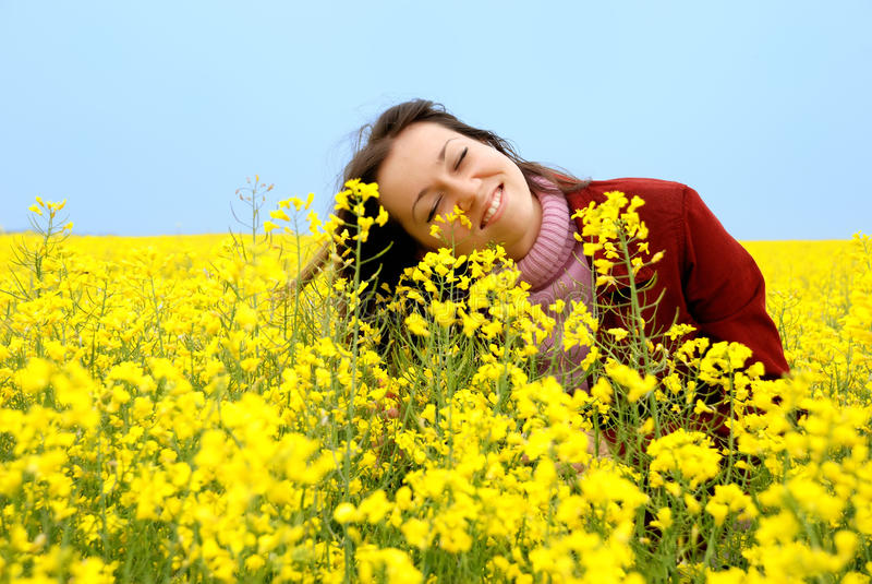 A rapariga e as flores amarelas imagens de stock