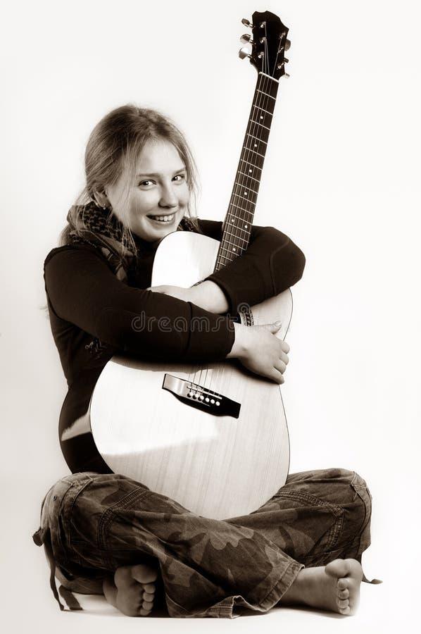Rapariga e dela guitarra foto de stock royalty free