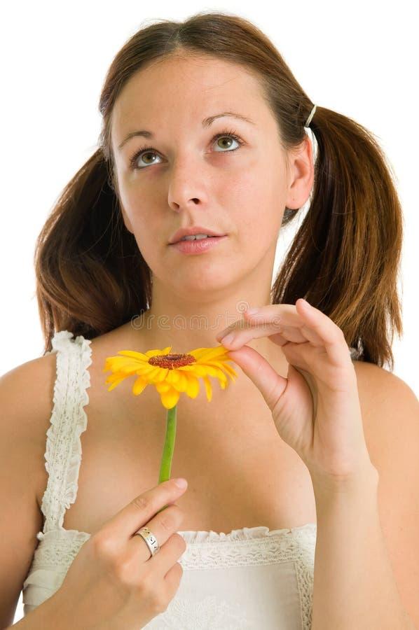 Rapariga e flor amarela imagem de stock royalty free