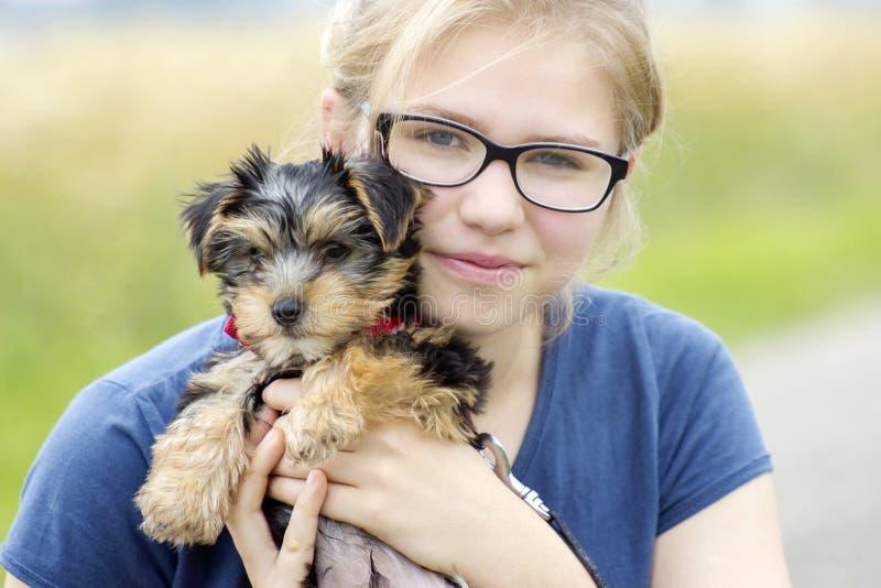 Rapariga e seu cão fotografia de stock royalty free