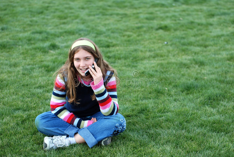 Rapariga e telemóvel imagens de stock