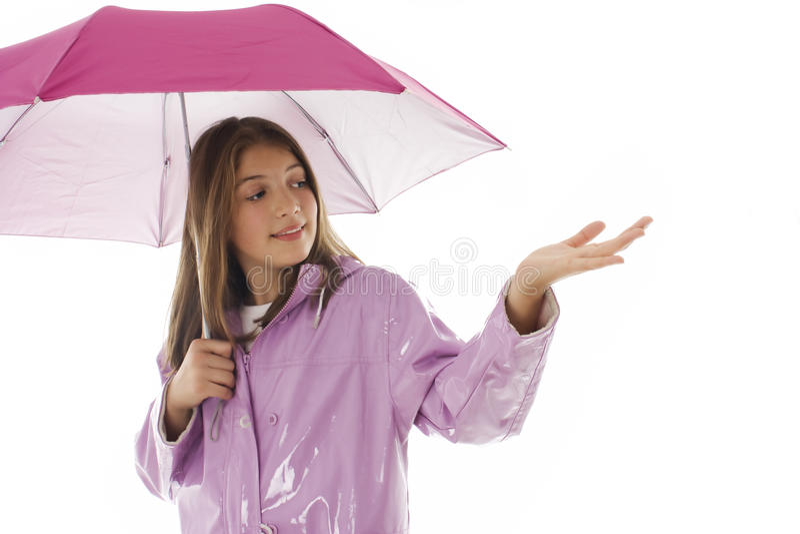 Rapariga em um raincoat e em uma terra arrendada um guarda-chuva fotografia de stock