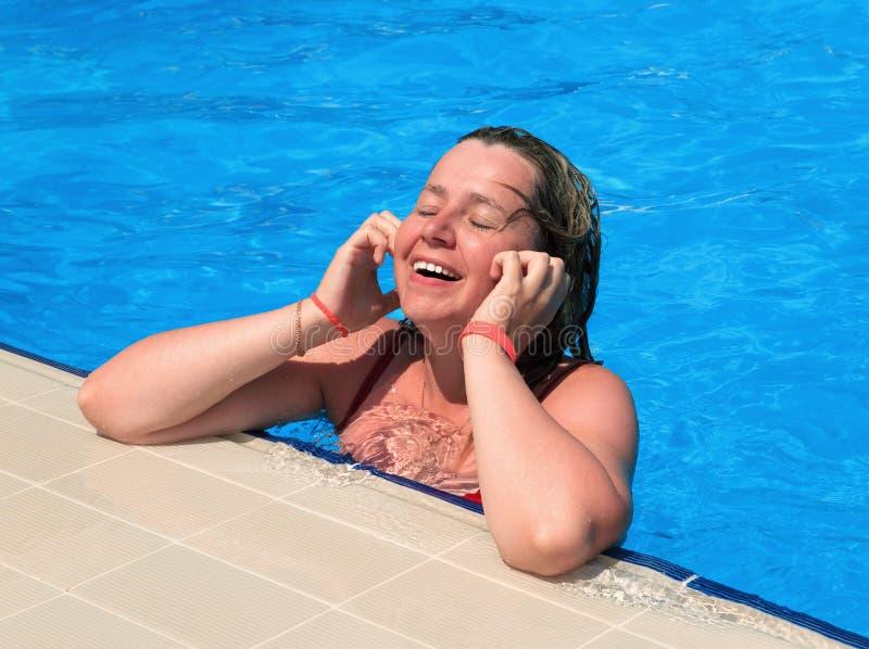 Rapariga em uma piscina fotos de stock royalty free