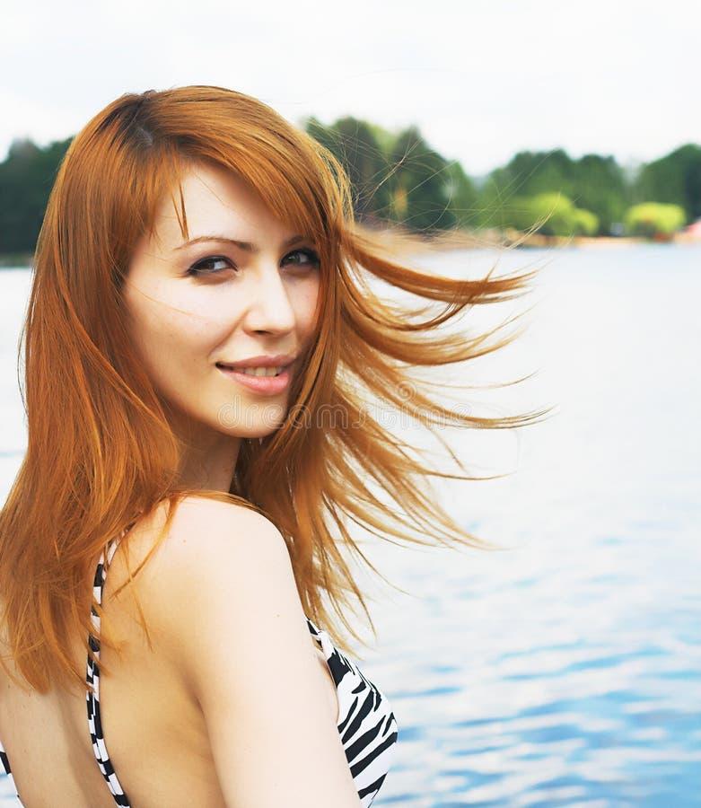A rapariga em uma praia fotografia de stock royalty free
