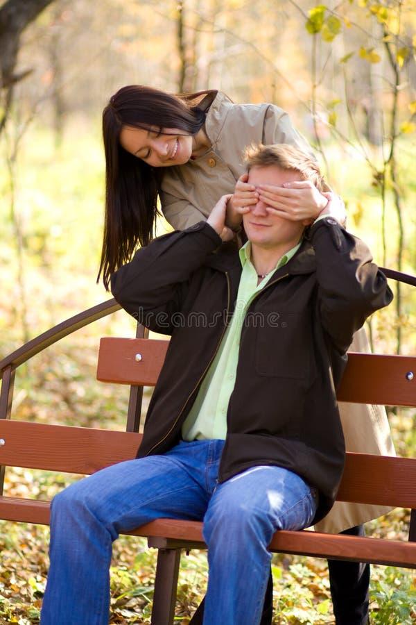 A rapariga fechou seus olhos um homem novo fotos de stock