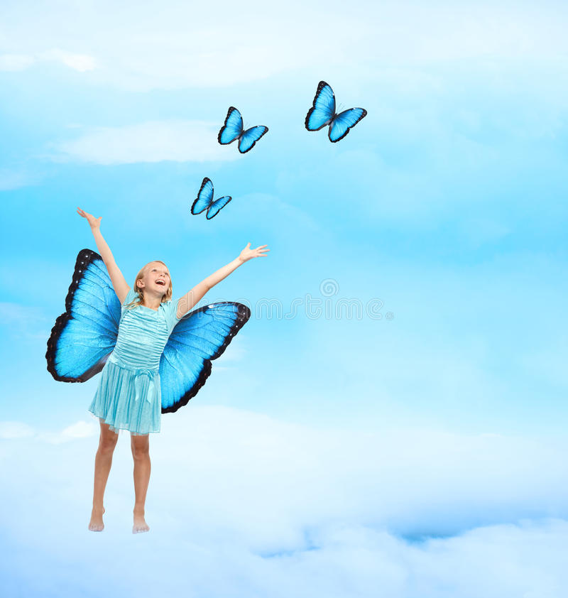 Rapariga feliz com borboletas fotos de stock