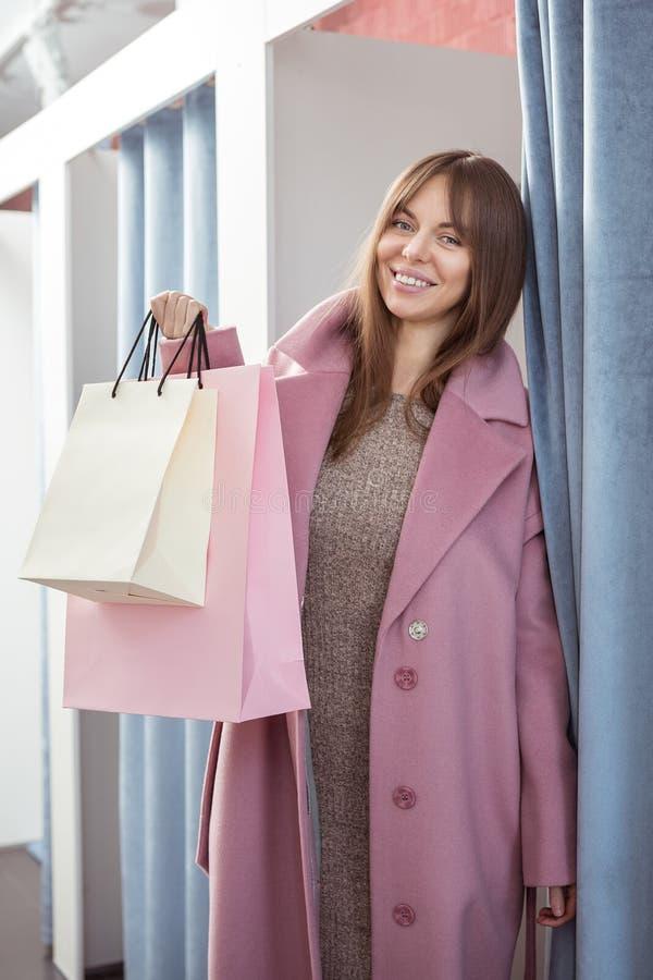 Rapariga feliz com sacos de compras imagem de stock