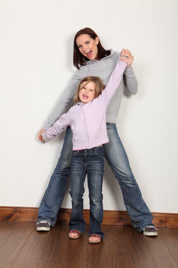 Rapariga feliz em casa que comemora com seu mum foto de stock royalty free
