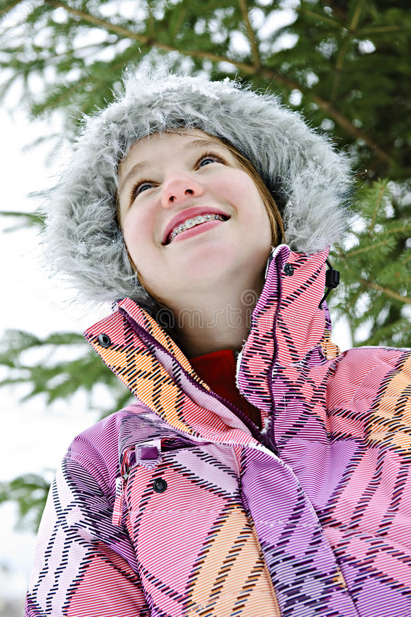 Rapariga feliz no revestimento do inverno imagens de stock royalty free