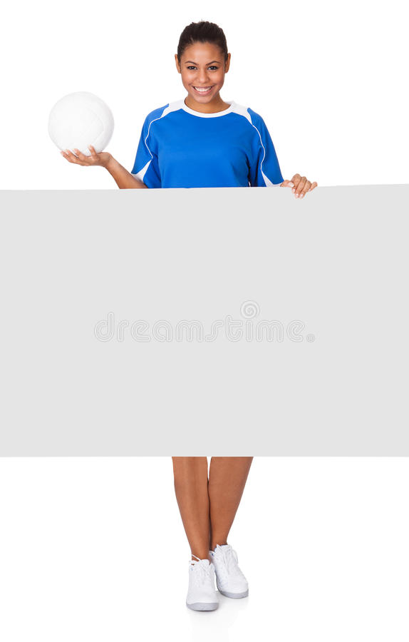 Rapariga feliz que guardara o voleibol e o cartaz imagens de stock royalty free