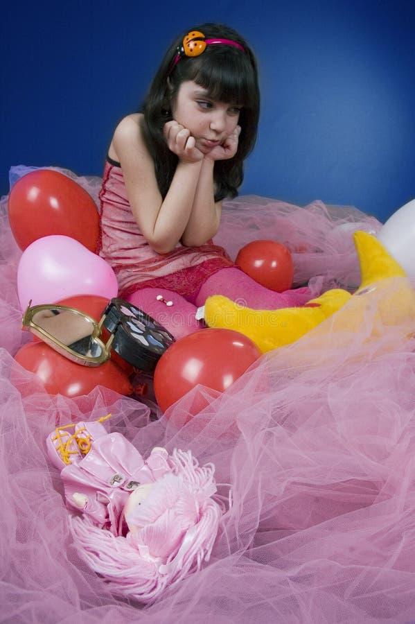 Rapariga irritada em sua boneca foto de stock royalty free