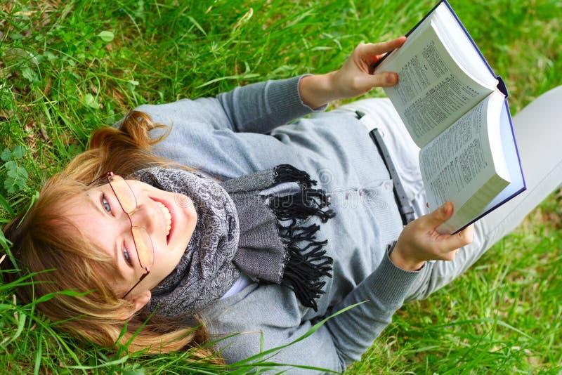 A rapariga lê o livro fotografia de stock