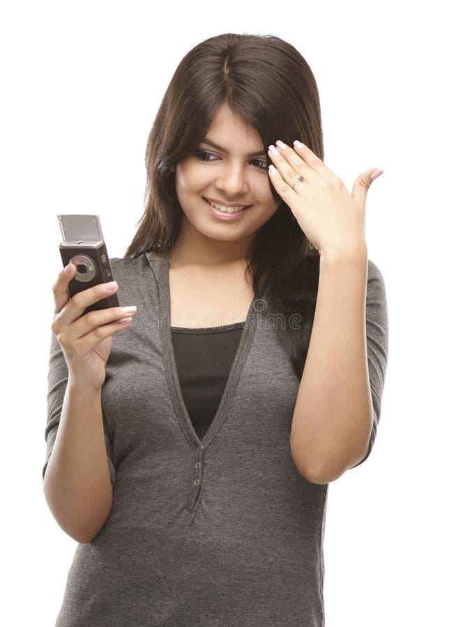 Rapariga moderna com o telefone de pilha fotografia de stock royalty free