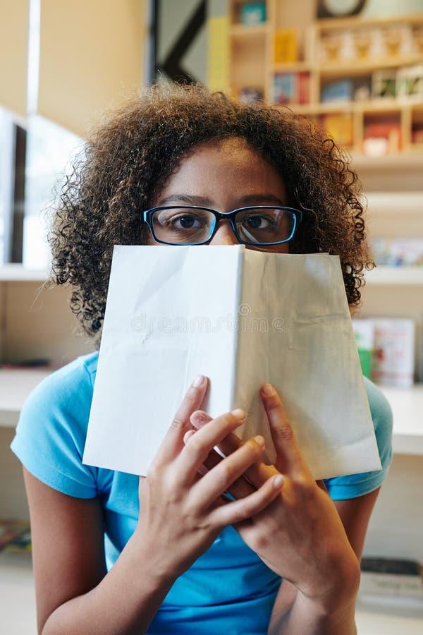 Rapariga Não Reconhecível Na Biblioteca Da Escola foto de stock royalty free