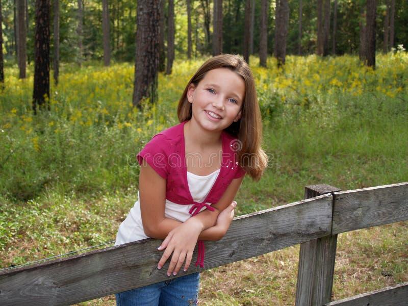 Rapariga na cerca fotografia de stock