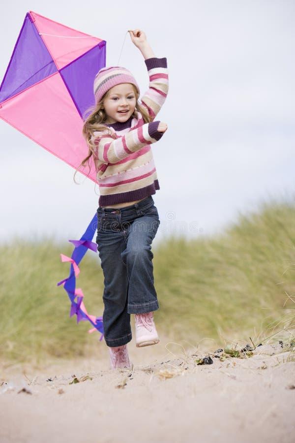 Rapariga na praia com sorriso do papagaio imagens de stock royalty free