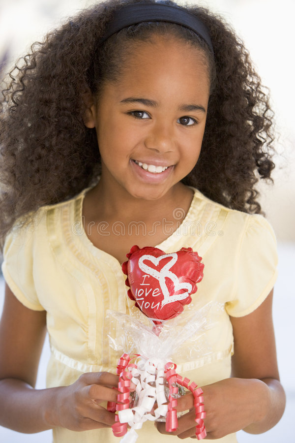 Rapariga no balão da terra arrendada do dia do Valentim foto de stock royalty free