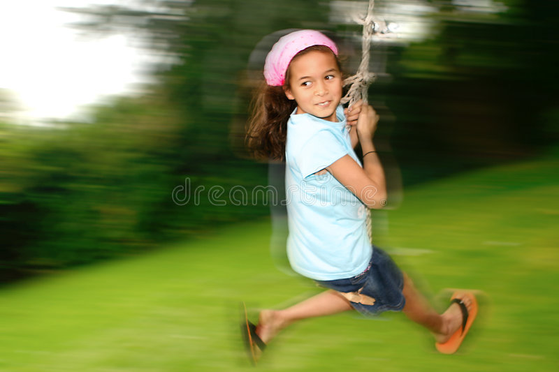 Rapariga no balanço da corda fotografia de stock royalty free