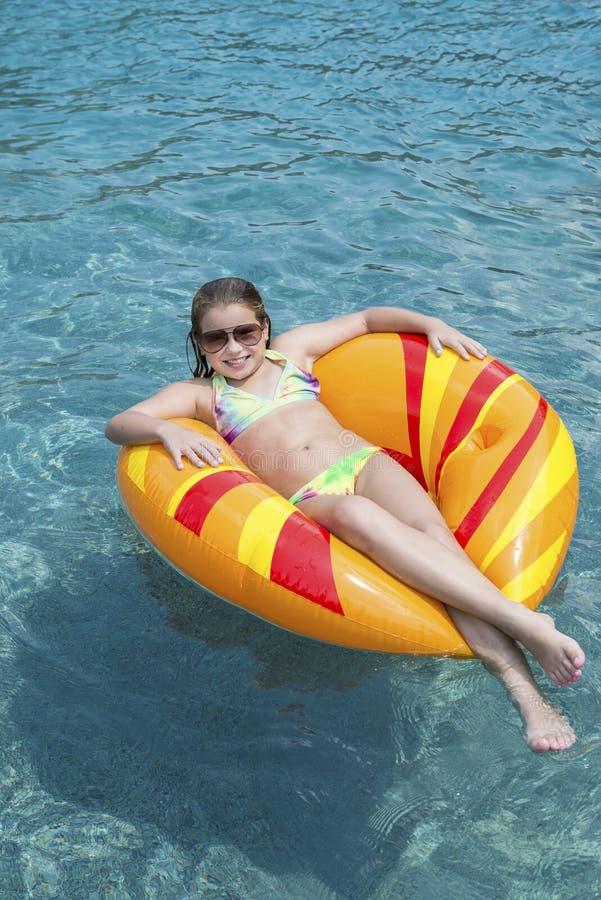 Rapariga no flutuador na associação foto de stock