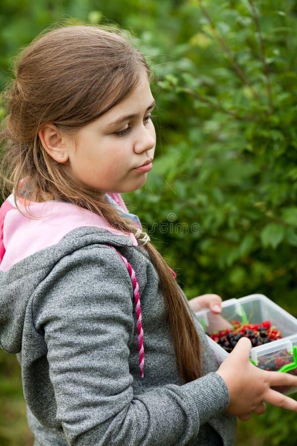 Rapariga no jardim fotos de stock